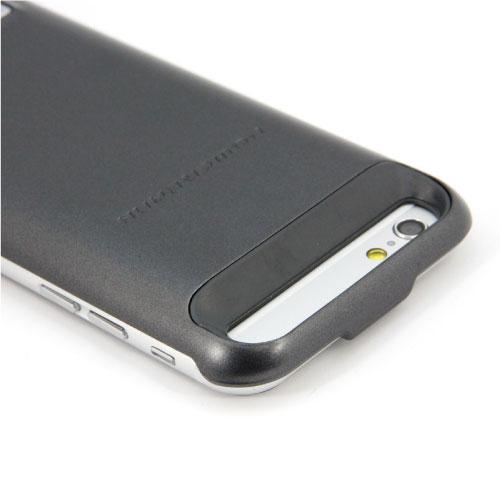 カメラ機能やボタン類を利用できるように考えられたデザインになっている。