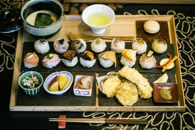 手鞠鮨14貫のセットでは、天ぷらやおばんざい、茶碗蒸しもある