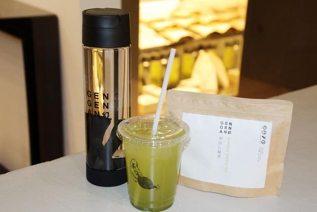 手前が店内で飲める水出し緑茶ティー。