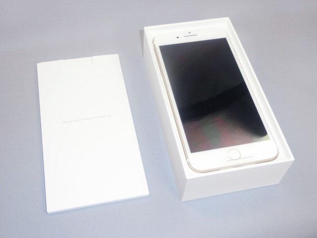 白いパッケージを取り出すと、そこには「iPhone 7 Plus」が見える。
