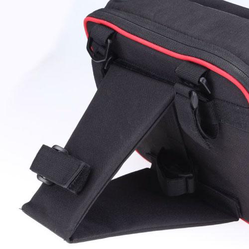 アングルサポートはバッグの簡易スタンドにもなる。