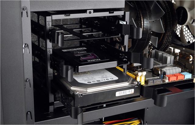 2.5インチのSSD、3.5インチのHDDのいずれも装着できる。