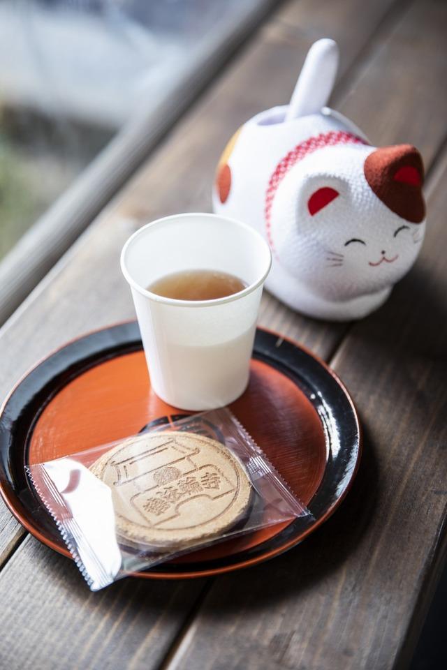 休憩所で頂戴した、甘茶とお菓子(100円)