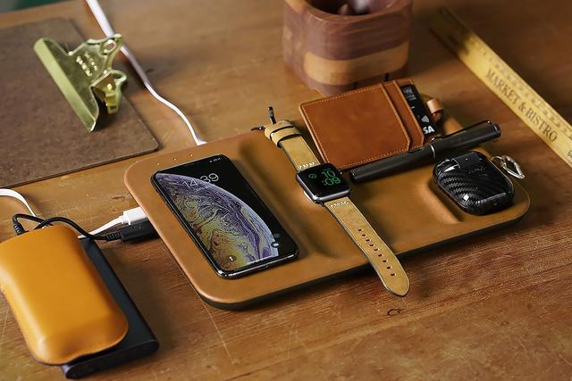 Apple製品に最適化されたワイヤレス充電器「GAZE TRAY」