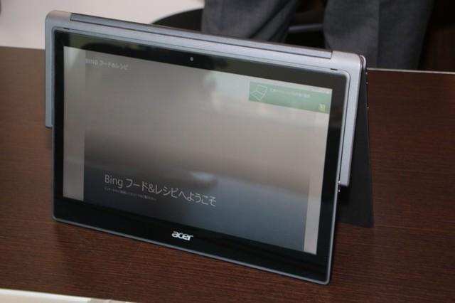 ノートPC「Aspire R 13」なら、飛行機のテーブルでも無理なく立てて使える。