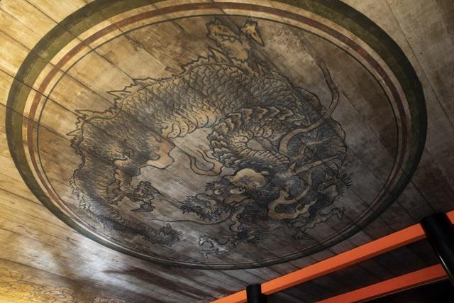 経堂の天井に描かれた見事な龍図