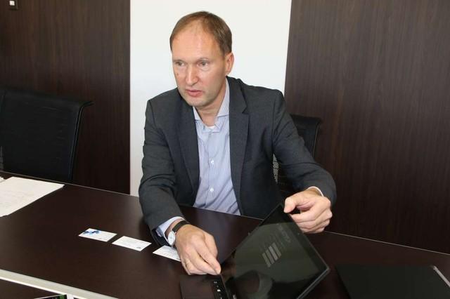 ノートPC「Aspire R 13」について熱く語る、Acer CMOのMaarten Schellekens氏