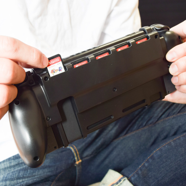 Nintendo Switch用カード収納グリップ「5in1グリッパー」
