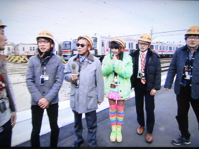タモリ倶楽部2度目のぁぃぁぃ。 メガネをかけた鉄ヲタのおじさんたちに囲まれて愛されていたし楽しそうだったすげぇ光景だよ。