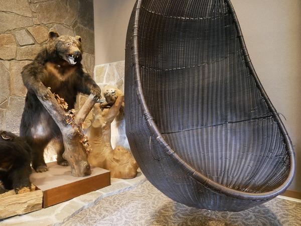 1階ロビー熊の剥製とブランコ