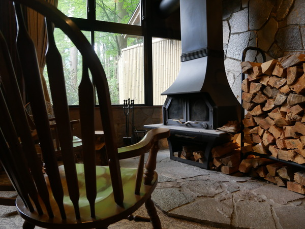 1階ロビー暖炉