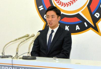 日本ハム斎藤「輝星はライバル」年俸は6年連続ダウン