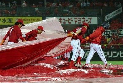 もう中止にできない広島-阪神戦、雨の中強行背景に過密日程
