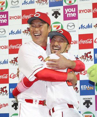 ヒーロー2人が熱い抱擁V弾菊池、新井さんと並んで満面笑み「お兄ちゃんが打ったんで弟も打たないと」