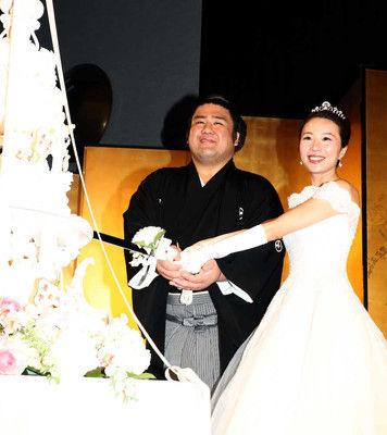 栃煌山の結婚披露宴に約500人「うれしいけど緊張する」汗だくケーキ入刀