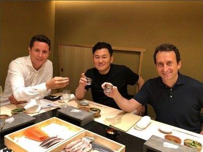 来日中のスペイン代表MFが神戸・三木谷氏と会食、「日本文化に恋したよ」