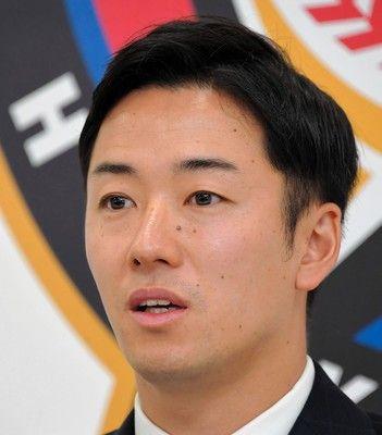 日本ハム斎藤佑樹、減額でサイン「下がりました…」