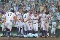 【秋田】選手らが金足農の試合に釘付けサヨナラ勝ちに飛び跳ね喜ぶ
