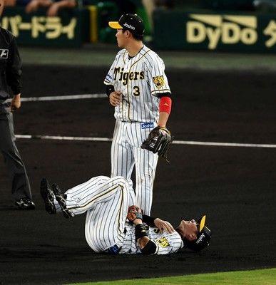 阪神・北條が負傷退場打球処理で左肩付近を痛め担架で運ばれる