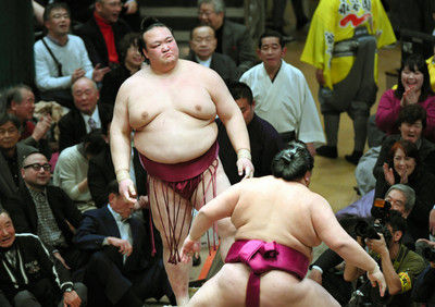 進退がかかる稀勢の里、黒星スタート大相撲初場所初日