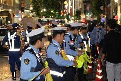 警官のメガホン強奪、上半身裸のフーリガン…警官も声荒げた渋谷スクランブル大騒乱