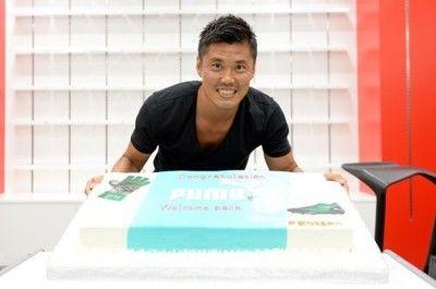 川島永嗣がプーマを訪問「まだまだ高みを目指す」と意気込みサプライズケーキのプレゼントも