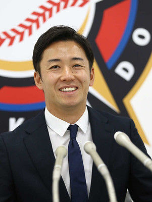 日本ハム・斎藤佑樹6年連続ダウン更改輝星にライバル心「負けないように頑張りたい」