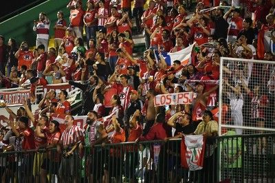 勝利のチリクラブサポーター、試合後に敵地のトイレと観客席を清掃