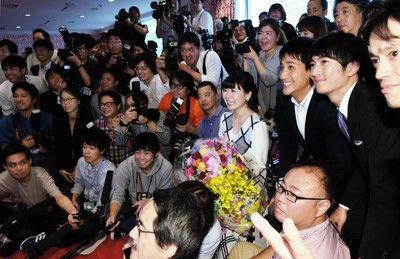 福原愛 引退会見で異例…報道陣と記念写真「ここにいらっしゃる皆さんと」