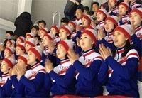 """<平昌五輪>北朝鮮応援団、""""独島""""が描かれた「統一旗」で応援"""