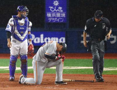 巨人・岡本右手に死球受け、途中交代治療後1度は戻るも…
