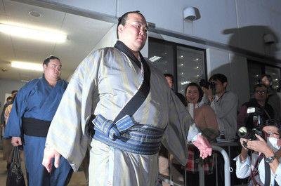 <大相撲>終始無言の稀勢の里、歴史的な3連敗で大きな窮地