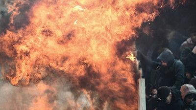 アヤックスの観客席に火炎瓶が投げ込まれる…アウェーのAEKアテネ戦でファン同士が衝突