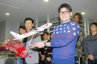 【広島】V旅行出発、選手会長の会沢は「来年はリーグ4連覇、日本一になって、またここに帰ってきたい」