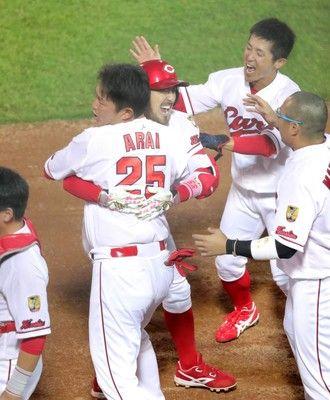 【広島】巨人に連勝し日本シリーズ王手…代打・新井の同点二塁打、菊池の3ランで決めた