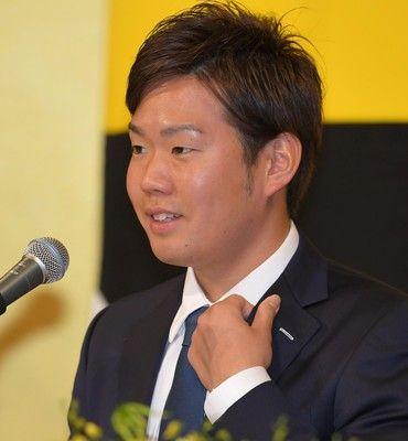 阪神入り・西が入団会見「甲子園を熱くできたら」背番号16、ユニ姿も披露