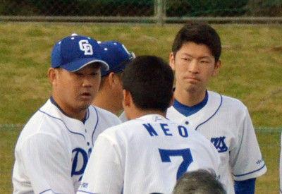 中日キャンプイン根尾、松坂に帽子を取って挨拶、笑顔で握手を交わす