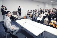 【巨人】小林、報知新聞東京本社でサイン会…激戦の捕手争い「強い気持ちで」