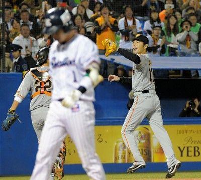 巨人・上原、ピンチ切り抜ける1点リードの五回2死二塁で登板山田哲を三振に