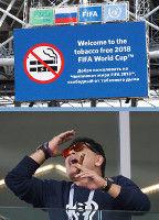マラドーナ氏、禁煙スタジアムで葉巻?両手腕時計で立ち上がり声援送るもアルゼンチン引き分け