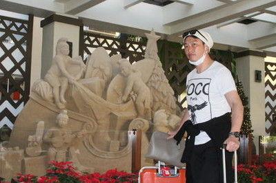 広島V旅行で緒方監督、引退新井氏らハワイ到着