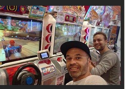 日本文化満喫…イニエスタがゲームセンターを楽しむ