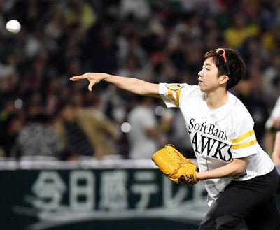 小平奈緒が始球式スピードスケートのパフォーマンスもストライクならず