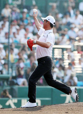 水野雄仁氏が始球式緩~く内角低めにストライク
