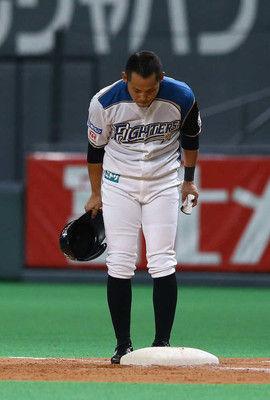 ハム矢野引退試合で代打クリーンヒットファン涙…中田らナインと抱擁「みんなの思いが…」