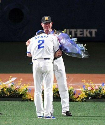 中日荒木、引退セレモニーで号泣福留から花束を受け取る「ヤジもいい思い出」
