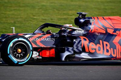 レッドブル・ホンダ初走行を終えたフェルスタッペンが笑顔。「マシンもエンジンもいい感じ。大満足だ」