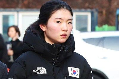 韓国のショートトラック五輪女王が涙、コーチからの暴行被害を証言