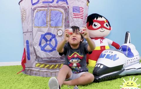 【悲報】7歳の子供がYouTubeで年収25億円の衝撃