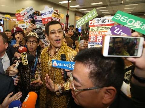 台湾で記者に囲まれるピコ太郎